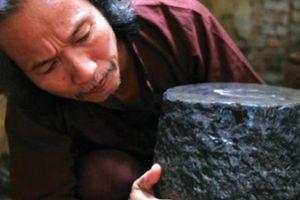 Lạ đời: Mê mẩn đồ nhà quê xưa cũ, 'ôm' toàn cối đá, bình vôi