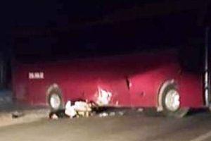 Tông vào xe khách quay đầu, nam thanh niên 20 tuổi tử vong
