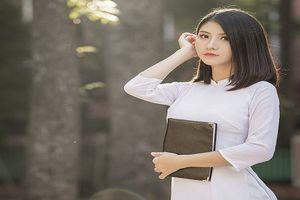 Nữ sinh ngành thiết kế đẹp ngây ngất trong tà áo dài