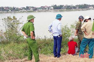 Hoảng hồn phát hiện thi thể người phụ nữ đang phân hủy trôi trên sông