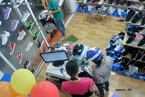 'Nữ quái' trộm điện thoại tinh vi trong shop giày