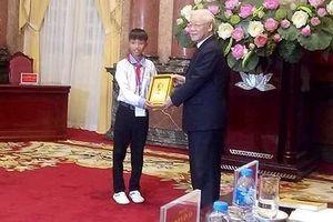 Cậu học sinh nghèo được Chủ tịch nước tặng ảnh Bác Hồ