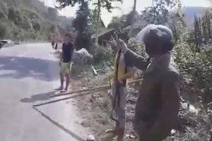 Người đàn ông tay không bắt rắn hổ mang cực độc bò trên quốc lộ