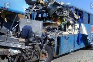Xe buýt đâm xe tải trên đường cao tốc, 57 người thương vong