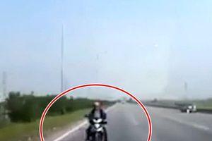 Xe máy chạy ngược chiều đâm trực diện ô tô trên cao tốc Bắc Giang