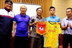 Đại sứ Việt Nam tại Lào tới động viên đội tuyển quốc gia