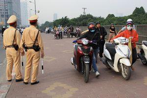 Hàng ngàn người vẫn lũ lượt dắt xe máy đi ngược chiều đối phó CSGT ở Hà Nội