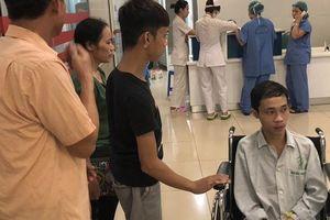 Gia cảnh khó khăn, anh trai nén đau nhường cơ hội phẫu thuật cho em mình