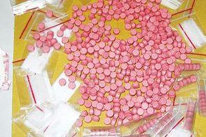Cất giấu hơn 800 viên ma túy tổng hợp và 1kg cần sa trên xe chở quặng