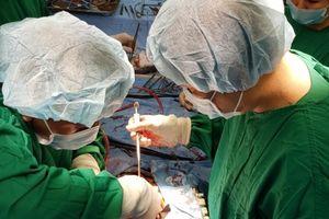 Điều trị thành công bệnh nhân hẹp khít và hở nặng van động mạch chủ