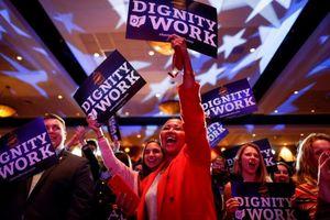 Cử tri Dân chủ vỡ òa khi kết quả bầu cử giữa kỳ Mỹ được công bố