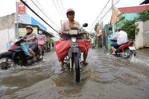 Người Sài Gòn đẩy xe chết máy về nhà giữa triều cường