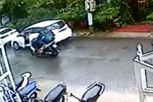 Tài xế ôtô mở cửa xe khiến xe máy đi cùng chiều ngã ra đường