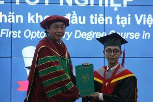 Các cử nhân khúc xạ nhãn khoa đầu tiên tại Việt Nam tốt nghiệp