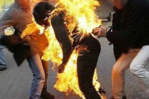 Về đón con sau khi tòa xử ly hôn, vợ bị chồng đổ xăng đốt