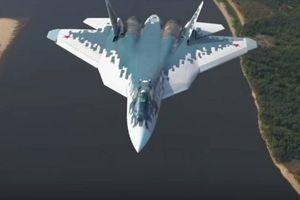 Hai máy bay chiến đấu Su-57 mới nhất của Nga cất cánh trên bầu trời