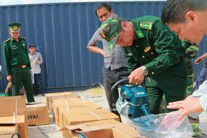 Phát hiện 5 xe container hàng hóa nghi chứa hàng nhập lậu tại ga Yên Viên