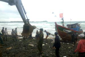 Quảng Ngãi: Một tàu cá neo đậu bãi ngang bị sóng biển đánh vào bờ