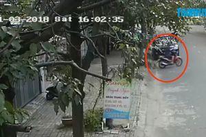 Trộm xe máy bán cho bạn tù, bị camera an ninh ghi hình