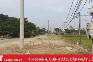 Cột điện 'vô tình lạc' giữa đường