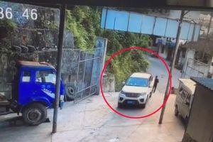 Đậu xe quên kéo phanh tay, tài xế ô tô gây tai nạn kinh hoàng