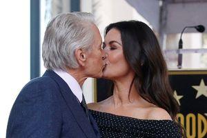 Michael Douglas hôn vợ cảm ơn khi được vinh danh trên đại lộ danh vọng Hollywood