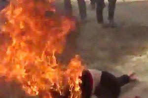 Bắt gã chồng đổ xăng đốt cháy vợ sau khi bị tòa xử … ly hôn
