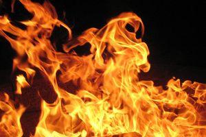 Chồng tẩm xăng đốt vợ sau ly hôn