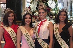 Phương Khánh thân thiết cùng 'hội chị em' Miss Earth, 'rủ rê' nhau đón Giáng Sinh sớm tại trời Tây