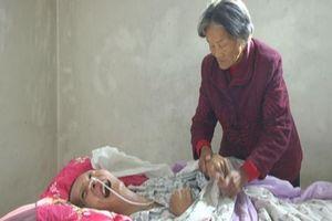 Mẹ già chăm sóc con trai hôn mê ròng rã 12 năm và điều nhiệm màu đã xảy đến