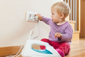 Cách phòng tránh bị điện giật cho bé