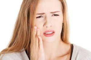Sưng chân răng, răng ngả màu - dấu hiệu mắc 4 bệnh nghiêm trọng