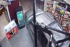 Đạp nhầm chân ga, nữ tài xế lái ô tô đâm tan nát cửa hàng làm một người bị thương nặng