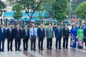 Lãnh đạo TP Hà Nội dâng hoa tưởng niệm tại Tượng đài Lenin