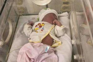 Bé gái sơ sinh chưa đầy 1 ngày tuổi bị bỏ lại ghế đá bệnh viện