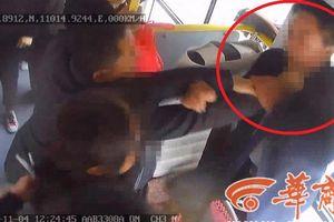 Clip: Không được xuống cửa trước, 3 khách nam đánh tài xế xe buýt gãy răng