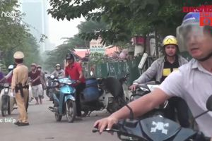 Hàng ngàn người dắt xe máy ngược chiều trên vỉa hè: CSGT Hà Nội nói gì?