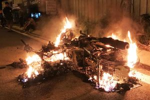 Thanh niên 20 tuổi chặn xe, tạt xăng đốt người đàn ông khiến cả 2 nguy kịch