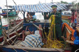 Dùng kích điện đánh cá, 13 phương tiện bị bắt giữ