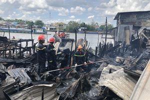 Cháy giữa trưa, 4 căn nhà bị thiêu rụi