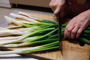 Mẹo làm sạch 8 loại rau củ đúng cách cho bữa ăn thêm ngon
