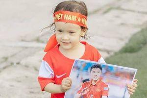 Em bé lai 3 tuổi hâm mộ cầu thủ Xuân Trường và đội tuyển Việt Nam