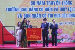 Trường Cao đẳng Cơ điện và Thủy lợi đón nhận cờ thi đua của Chính phủ