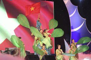 CNVCLĐ biểu diễn văn nghệ chào mừng Đại hội XII Công đoàn Việt Nam thành công