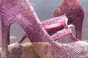 Đôi giày hồng chóe, vừa đi vừa sợ rơi kim cương có giá 101 tỷ đồng