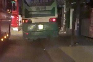 Clip xe buýt chạy tốc độ 'bàn thờ' trên vỉa hè ở Sài Gòn