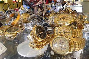 Hàng trăm đồng hồ nhái thương hiệu được bày bán ở Sài Gòn