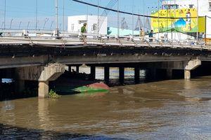 Trục vớt sà lan bị chìm trong lúc chui qua gầm cầu