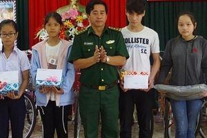 Thắm tình quân dân nơi biên giới - Kỳ 3: 'Nâng bước em đến trường'
