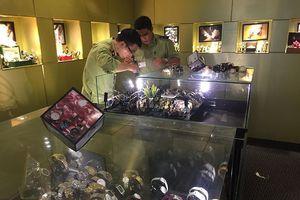 Hàng trăm đồng hồ nhái hiệu nổi tiếng Rolex được bày bán ở Sài Gòn